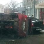 В Кирове «Калина» упала с эвакуатора на Jaguar